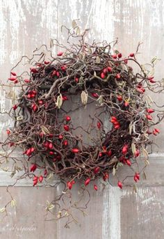 Winterkranz mit feurigen Hagebutten - Decoration For Home Wreaths And Garlands, Xmas Wreaths, Deco Floral, Arte Floral, Art Floral Noel, Fall Decor, Holiday Decor, Diy Wreath, Xmas Decorations