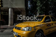 Córdoba, Argentina - 28 de enero 2014: Un coche de taxi amarillo Córdoba, Argentina, gire a la izquierda pasando por la calle que cruza un semáforo