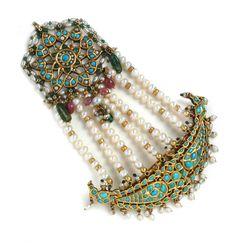 Love the jhoomer (minus the pearl strands). Headpiece Jewelry, Hair Jewelry, Wedding Jewelry, Gems Jewelry, Jewelery, Stylish Jewelry, Fashion Jewelry, Hyderabadi Jewelry, Antique Jewelry