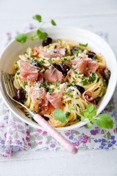 Spaghetti con prosciutto, pomodoro e olive