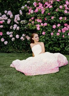 裾に向かって小花にカラーグラデーション♪クリスチャン・ディオールの可愛らしい一着♡ ハイブランドのカラードレス・花嫁衣装まとめ。