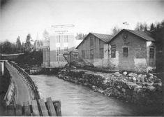 Jokioisten vanhoja tehtaita. Vasemmanpuoleinen rakennus, jonka yläosassa lukee Ferraria, on vuonna 1926 rakennettu vesivoimalaitos, joka tuotti sähköä tehtaan tarpeisiin. Oikealla lankavetomo. Ferraria oli Jokioisilla toiminut metalliteollisuusyritys, joka oli aikanaan muun muassa Suomen suurin naulojen valmistaja. Esko Aaltonen 1930 / Forssan museo. Ferrari, Cabin, House Styles, Home Decor, Museum, Decoration Home, Room Decor, Cabins, Cottage