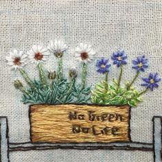 #刺繍絵 途中経過記録です。 木箱に#ローダンセマム と #斑入りブルーデージー を 植えました 一週間スタート、 頑張りましょ〜 : : #embroidery #handembroidery #ブルーデージー #アフリカンアイズ #木箱 #ジャンク #花 #flower #embroideryart #ちくちくくまこ #植物 #刺繍 #ハンドメイド #手刺繍