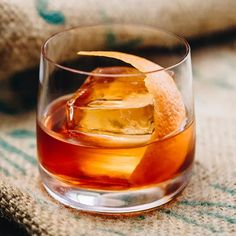Liquor Drinks, Bourbon Cocktails, Whiskey Drinks, Classic Cocktails, Fun Cocktails, Cocktail Drinks, Cocktail Recipes, Alcoholic Drinks, Beverages