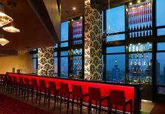 Tómate un trago con la mejor vista de la ciudad en el Panorama Bar & Lounge del Warsaw Marriott Hotel en Polonia. #Poland