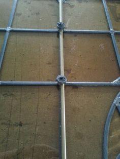 Roosjes om de windroedes vast te zetten. Een mooi voorbeeld van het oude ambacht van de glazenier.