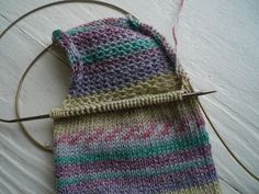 Magic Loop Tutorial Part heel – Knitting Socks Poncho Knitting Patterns, Knitting Stitches, Knitting Socks, Knit Patterns, Magic Loop Knitting, Knitting Help, Easy Knitting, Crochet Socks, Knit Crochet
