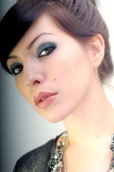 Simple smokey eye make-up tutorial by Keiko Lynn Blue Smokey Eye, Smokey Eye Guide, Smoky Eye, Smokey Eye Makeup, Makeup Eyeshadow, Smokey Eyes Tutorial, Eye Tutorial, Makeup Tips, Beauty Makeup