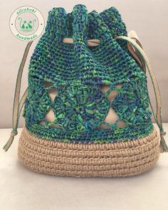 crochet baby boots Yepyeni bir renkle geldim bzg ipimin gzelliine ne demeli ok aradm ama sonunda buldum bayramdan hemen sonra kargoya Crochet Drawstring Bag, Crochet Tote, Crochet Handbags, Crochet Purses, Crochet Purse Patterns, Diy Sac, Crochet Baby Boots, Crochet Shell Stitch, Crochet Quilt