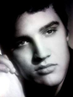 Beautiful Elvis Elvis Presley Pictures, Young Elvis, Burning Love, I Miss Him, Music Photo, Graceland, Country Boys, Beautiful Pictures, Levis