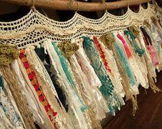 Learn more about shabby chic room Boho Curtains, Burlap Curtains, Shabby Vintage, How To Make Garland, Garland Making, Boho Diy, Bohemian Decor, Boho Gypsy, Cortinas Boho