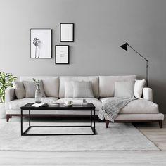 Sofá Penta | ¡Un salón con mucho estilo! Crea un entorno acogedor y elegante combinando colores claros, textiles neutros, madera natural y detalles en negro. El sofá Penta es perfecto para aportar un toque de color y sencillez a tu hogar más nórdico. * En la imagen: Sofá 290 cm, con Chaise Longue a la derecha, tapizado en Textura Perla y patas en nogal. #kenayhome #home #sofá #tapizado #tela #nórdico #elegante #acogedor #estilo #sencillo #tonos #neutros #diseño #interior