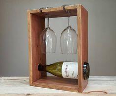 Este pequeño botellero madera reciclada es la pieza perfecta para mostrar su botella favorita de vino. Como un estante de la encimera vino, es perfecto para parejas o el bebedor ocasional del vino. -Dimensiones: 14 altura x 10,25 ancho x 5.5 profundo -Color: Raw Umber lavado