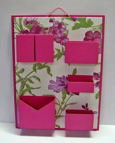 Organizador de materiais de escritório de parede. <br>Cartonagem com revestimento tecido estampado e papel. <br>Ideal para não ocupar espaço em sua mesa de escritório.