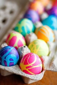 Coloring Easter eggs with rubber cement and gel food coloring produces some spectacularly high contrast, gorgeous abstract designs! Cool Easter Eggs, Easter Egg Dye, Easter Egg Crafts, Coloring Easter Eggs, Hoppy Easter, Easter Decor, Easter Bunny, Easter Centerpiece, Easter Food