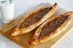 """Pide turcești cu vită și legume - """"pizza"""" turcească - rețetă pas cu pas. Cum se fac delicioasele pide turcești. Secretul umpluturii suculente pentru pide turcești, rețetă culinară. Rețetă de pide, lista de ingrediente și modul de preparare pas cu pas. Hot Dog Buns, Hot Dogs, Pizza, Bread And Pastries, Modul, Ethnic Recipes, Food, Gastronomia, Home"""