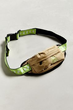 Kappa fanny pack - Streetwear fans with a love of vintage styles may find what they're looking for in this new Kappa fanny pack, which is available for an affor. Fashion Bags, Fashion Accessories, Urban Outfitters Online, Waist Purse, Stylish Mens Fashion, Womens Fashion Online, Medium Bags, Mini Bag, Fanny Pack