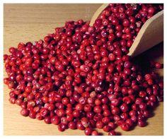 Naše selekce nejkvalitnějších pepřů - černého, zeleného, bílého a růžového (ten však není pravým pepřem). Zastavte se u nás na farmářských trzích na ochutnávku, nebo rovnou objednejte z eshopu.     Naše pepře:  Cejlonský černý pepř - má správnou ovocnou vůni čerstvého černého pepře.    Malabarský zelený pepř - jemná delikátní vůně zeleného čaje, po rozdrcení nádherné, plné aroma zeleného pepře. Cejlonský bílý pepř - jemně ostré, aroma bílého pepře bez klasického náznaku zápachu hniloby…