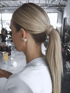 A ponytail screams confidence, sex appeal and gives off a total \ Formal Ponytail, Slick Ponytail, Wedding Ponytail, Blonde Ponytail, Work Hairstyles, Formal Hairstyles, Low Pony Hairstyles, Ponytail Hairstyles Tutorial, Simple Hairstyles