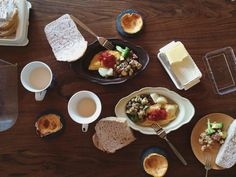 Gratin plate / Awabi ware https://www.etsy.com/listing/216185481/gratin-dish-s-white-awabi-ware-14004005?ref=shop_home_active_3  「今日は#オムレツ で#朝ごパン 。昨日息子がばーばと作ってきた#チーズケーキ つき!私と息子は完食したけど、旦那さんはケーキ残した。わたしは朝いちばんガッツリ重く食べるのが好き♡  2015.09.13  #awabiware #朝食 #ホームベーカリー #breakfast #ダイニングテーブル」