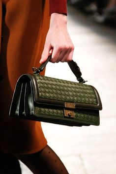 See detail photos for Bottega Veneta Fall 2017 Ready-to-Wear collection. Fashion Handbags, Tote Handbags, Fashion Bags, Leather Handbags, Handbags Michael Kors, Leather Bag, Sacs Design, Fashion Mode, Luxury Bags