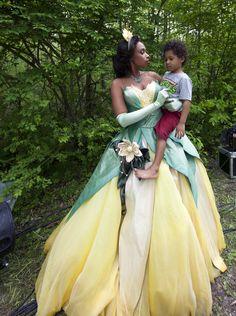 Jennifer Hudson se disfrazó de Tiana para la serie de retratos Disney Dream, realizada por la fotógrafa Annie Leibovitz. Aparece con su hijo David en brazos.