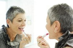 I've compiled my 25 of best makeup tips for older women. Find out how to conceal wrinkles, crow's feet, thinning lips and crepe-y eyelids.: The Secret Lip Plumper Anti Aging Creme, Anti Aging Skin Care, Aging Cream, Wrinkly Lips, Motivation Yoga, 50 Y Fabuloso, How To Apply Lipstick, Applying Lipstick, Lipstick Tricks