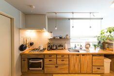 キッチンもうすいブルーグレーに彩られている。端から端までのキッチン台が圧巻。