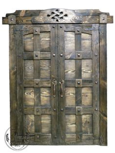 Мы любим добротные вещи. А еще налёт старины и сочетание дерева и металла. Большая распашная дверь стала украшением нашего выставочного зала. Пока столяры колдовали над ней, каждый из нас спланировал в голове замену всех дверей в своих домах. А о каких переменах дома мечтаете вы? #beautifuldoor #door #сделаноиздерева #интерьер #мебельизмассива #3/4Аршина #34arshina #madetoorder