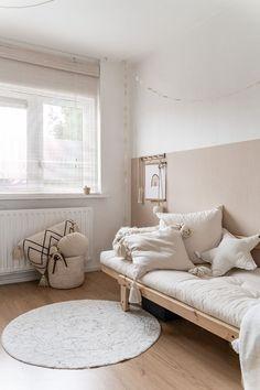Attic Bedroom Decor, Small Room Bedroom, Bedroom Wall, Girls Bedroom, Murs Beiges, Half Painted Walls, Beige Room, Modern Kids Bedroom, Sala Grande