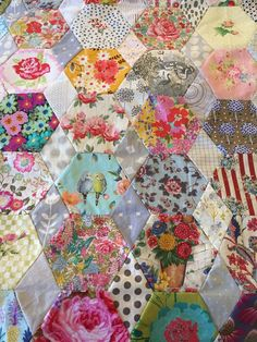 This is a simple project that is hand pieced and hand quilted. Made up of hexagons and diamonds to make a tablecloth or quilt. A good chance to showcase some lovely florals or picture fabrics, easy and straight forward to complete ! Hexagon Quilt Pattern, Hexagon Patchwork, Quilt Patterns Free, Triangle Quilts, Liberty Quilt, Liberty Fabric, Civil War Quilts, Vintage Sewing Machines, Quilting Tutorials