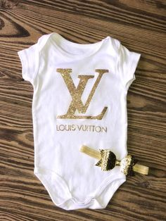 LV onesie with Gold Glitter headband LV designer onesie - Gucci Baby - Ideas of Gucci Baby - Excited to share this item from my shop: Louis Vuitton onesie with Gold Glitter headband Gucci Baby Clothes, Designer Baby Clothes, Cute Baby Clothes, Louis Vuitton Baby Clothes, Stylish Clothes, Baby Girl Fashion, Kids Fashion, Moda Kids, Little Girl Fashion