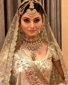 If you want to be a unique bride that looks gorgeous on your wedding day, search for the bridal jewelry that will compliment your attire. Bridal Mehndi Dresses, Bridal Outfits, Bridal Lehenga, Pakistani Lehenga, Walima Dress, Lehenga Choli, Wedding Dresses, Bridal Makeup Looks, Bridal Looks