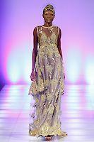 Malli kävelee kiitotien asu päässä Danny Nguyen Couture kuuluvat talvella 2014 kokoelma aikana Couture Fashion Week Fall 2014, 15. helmikuuta 2014.