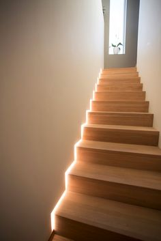 5 examples of how to use LED strips Staircase Lighting Ideas, Stairway Lighting, Strip Lighting, Accent Lighting, Home Stairs Design, Interior Stairs, Interior Paint, Interior Design, Interior Lighting