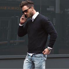 """ハイゲージニットといえば、ニットの中でも上品な雰囲気を演出してくれるメンズファッションの定番アイテムだ。今回は""""ハイゲージニット""""にフォーカスして注目の着こなし&アイテムを紹介! ハイゲージニット×ダメージジーンズコーデ クリーンな印象を与えるホワイトのハイゲージニットに、淡色のダメージジーンズを合わせて軽快な雰囲気に仕上げたコーディネート。腕まくりやピンロールした足元が抜け感を演出。 theidleman UNITED ARROWS(ユナイテッドアローズ) SOVEREIGN 日本のセレクトショップとして有名な「UNITED ARROWS(ユナイテッドアローズ)」。ハイゲージニットの端正な表情が魅力のプルオーバータイプ。上質な肌さわりとタイトなシルエットはインナーとしても活躍を期待できる。 詳細・購入はこちら ハイゲージニット×ブラックパンツスタイル タートルネックタイプのブラックハイゲージニットにブラックのパンツを合わせてモードな雰囲気に仕上げたスタイリング。ツバが幅広いハットのチョイスがシルエットにアクセントをプラス。足元にライトグレーのスニーカ..."""