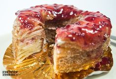 Inspecting this Raspberry Creamcheese croughnut  http://www.certifiedfoodies.com/2013/08/dolcelatte-cronut-croughnuts/  #cronut