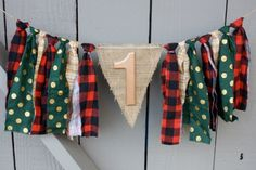 I just love the combination of bold fabrics and rustic burlap. In this adorbs bunting is a combo of hand torn fabric in the patterns of hunter green