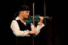 Pavel Šporcl při hře na modré housle. Bez nich a jeho šátku si ho už nedokážu ani představit.