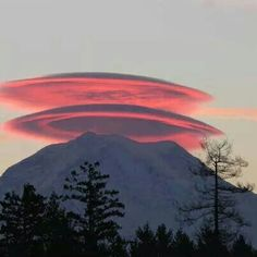Beautiful sunset photo of Mount Rainier with not one but two cap clouds.also known as Lenticular clouds. Via KING 5 Weather. All Nature, Science And Nature, Amazing Nature, Pink Nature, Earth Science, Beautiful Sunset, Beautiful World, Beautiful Things, Beautiful Beautiful