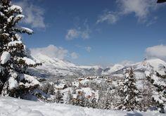 Avec 1000 m de dénivelé (1500 à 2500 m), 100 km de pistes balisées, le domaine du Dévoluy figure parmi les plus grands domaines skiables des Alpes du Sud. Il offre une grande diversité de paysages enneigés. Pour la glisse, tout est là : larges pistes ensoleillées et aménagements adaptés à tous les niveaux..