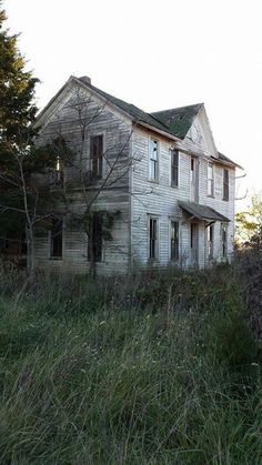 Old Abandoned Houses, Abandoned Mansions, Abandoned Buildings, Abandoned Places, Building Art, Building A House, Scary Houses, Spooky Places, Old Farm Houses