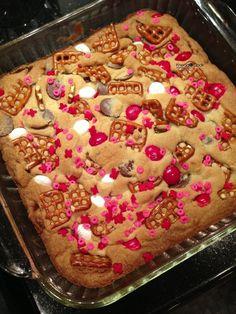 Valentine cookie bars #valentinesdaytreats #valentinesday #valentine #happyvalentines #valentinesdaybaking #bakingfortheholidays #holidaytreats #hearts #sweetheart #pinkandred www.gmichaelsalon.com
