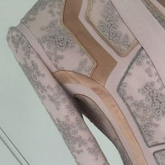 #maxima_dress #isew #sewingblogger #dressmaking #fabricmanipulation #atelier #sewingformyself #lace #gold #pink #silver #patternmaking #sleeve #chic #jurk #naaien #stoffen #fabric #stoffenspektakel #queenmaxima #деталиодежды #шитьлюблю #шитьё #платье #кружево #индпошив #моеателье
