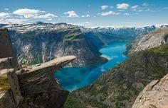 """Trolltunga in Norwegen. Die berühmte """"Trollzunge"""" wacht über den Ringedalsvatnet See in Norwegen."""