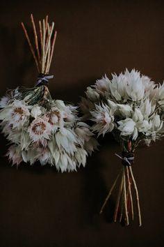 Bolo dos noivos, sapatos de noiva e um belo bouquet: um trio perfeito! Boquet, Bride Bouquets, Bridesmaid Bouquets, Rustic Wedding Flowers, Floral Wedding, Boho Wedding, Vogue Wedding, Wedding Guest Book, My Flower