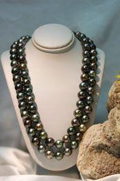 Magnifique Choker double avec soixante-dix huit perles de culture de Tahiti rondes de qualité B et pour l'ensemble des perles une moyenne de diamètres de 10 millimètres. Ce collier a été monté en fil de soie et le fermoir est en or blanc.