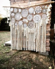 Suspension dream catcher macramé et pompons en laine naturel. Crochet Dreamcatcher, Macrame Art, Macrame Projects, Dream Catcher Boho, Dream Catcher Wedding, Doily Dream Catchers, Lace Doilies, Wind Chimes, Backdrops