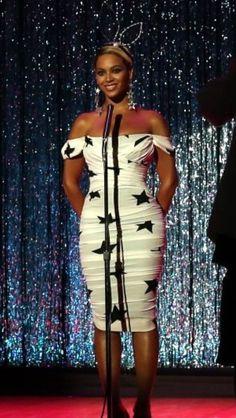 Beyoncé - Pretty Hurts- Dolce and Gabbana star print dress Beyonce Braids, Beyonce Coachella, Pretty Hurts Beyonce, Beyonce Photoshoot, Beyonce Family, Beyonce Makeup, Beyonce Style, Idol, Vogue