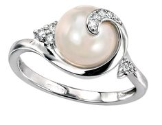 An exquisite natural pearl is the centre-piece of this ring. Held by a twisted white gold setting accented by diamonds, this ring is a work of